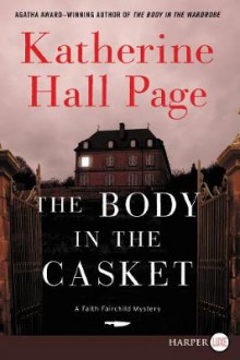 The Body In The Casket [Large Print] av Katherine Hall Page (Heftet)