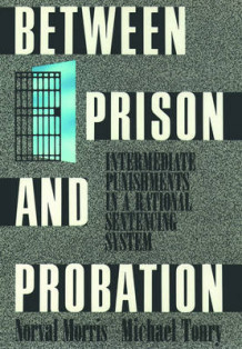 Between Prison and Probation av Norval Morris og Michael Tonry (Heftet)