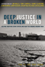 Deep Justice in a Broken World av Chap Clark og Kara Powell (Heftet)