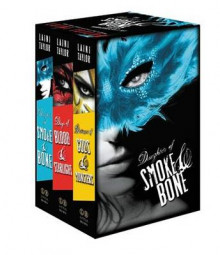 The Daughter of Smoke & Bone Trilogy Paperback Gift Set av Laini Taylor (Heftet)