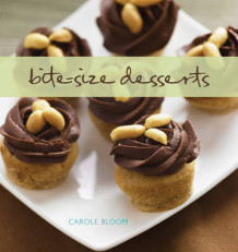 Bite-Size Desserts: Creating Mini Sweet Treats, from Cupcakes and Cobblers av Carole Bloom (Innbundet)