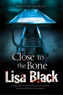 Close to the Bone: A Theresa Maclean Forensic Mystery av Lisa Black (Innbundet)