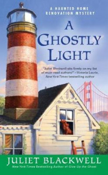 A Ghostly Light av Juliet Blackwell (Heftet)