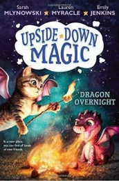 Dragon Overnight (Upside-Down Magic #4), Volume 4 av Emily Jenkins, Sarah Mlynowski og Lauren Myracle (Innbundet)