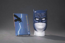 Dark Knight Returns Book & Mask Set av Frank Miller (Heftet)