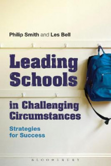Leading Schools in Challenging Circumstances av Philip Smith og Les Bell (Heftet)