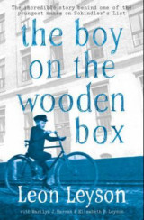 Omslag - The boy on the wooden box
