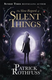 The slow regard of silent things av Patrick Rothfuss (Heftet)