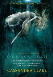 The Dark Artifices, the Complete Paperback Collection av Simon and Schuster (Heftet)