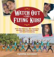 Watch Out for Flying Kids! av Cynthia Levinson (Innbundet)