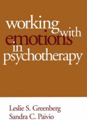 Working with Emotions in Psychotherapy av Leslie S. Greenberg og Sandra C. Paivio (Heftet)