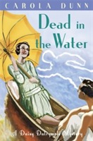 Dead in the Water av Carola Dunn (Heftet)