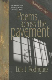 Poems Across the Pavement av Luis J. Rodriguez (Heftet)